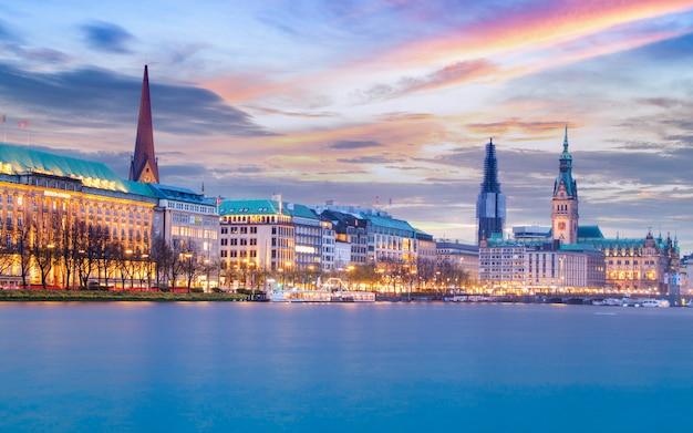 De horizon en cityscape van hamburg tijdens schemering in duitsland