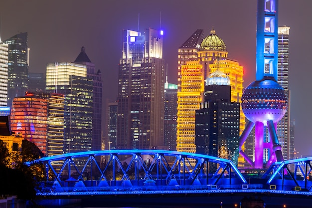 De horizon en de wolkenkrabber van shanghai, de moderne stad van shanghai in china op de huangpu-rivier.