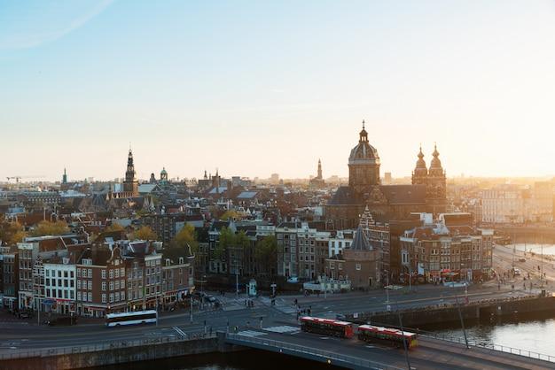 De horizon van amsterdam op historisch gebied bij nacht, amsterdam, nederland.