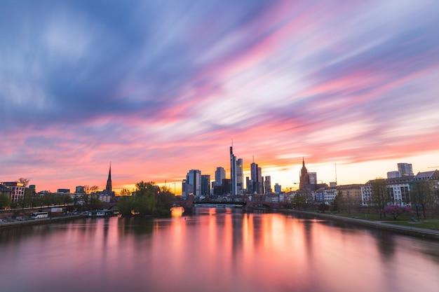 De horizon van frankfurt en hoofdrivier bij zonsondergang