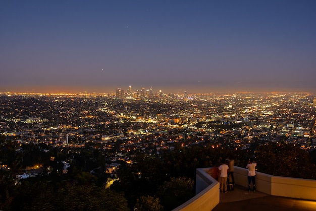 De horizon van los angeles bij nacht. prachtig uitzicht op de nachtstad