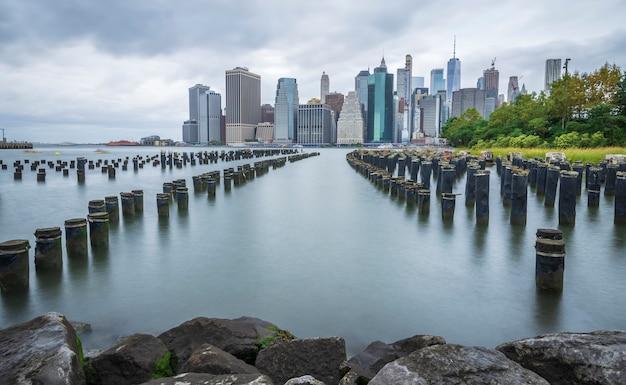 De horizon van manhattan new york van brooklyn wordt gezien dat