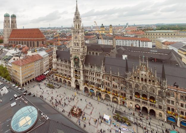 De horizon van münchen met marienplatz-stadhuis in duitsland