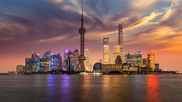 De horizon van shanghai en wolkenkrabber moderne bouwconstructie