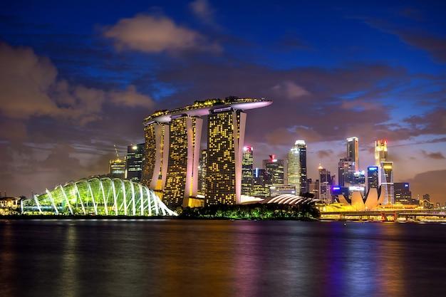 De horizon van singapore bij nacht.