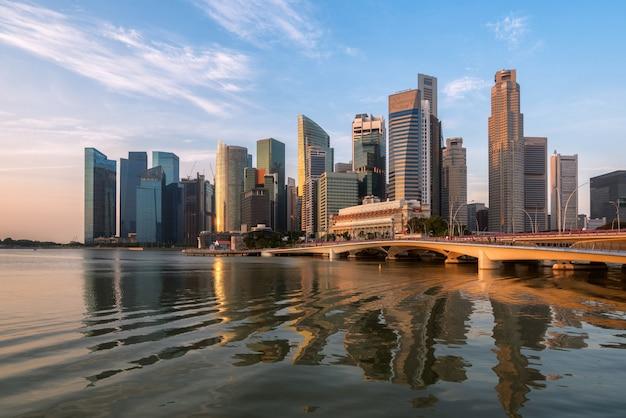 De horizon van singapore bij zonsopgang in marina bay