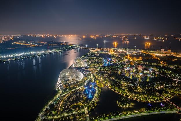 De horizon van singapore en mening van wolkenkrabbers op marina bay in schemeringtijd.