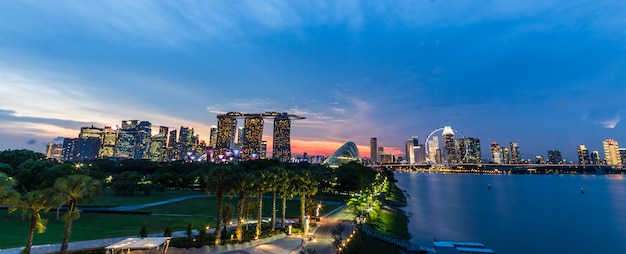 De horizoncityscape van singapore en zonsondergang op jachthavenbaai in schemeringtijd