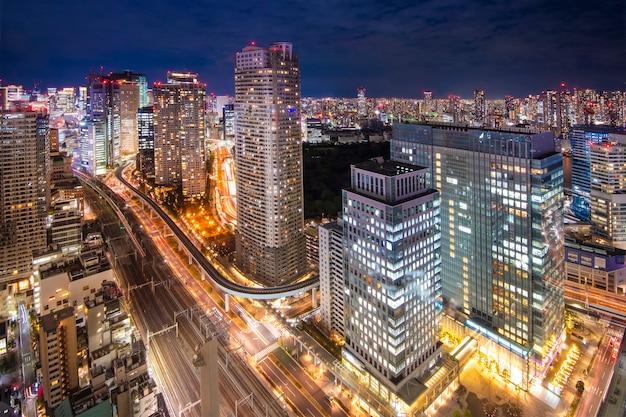 De horizoncityscape van tokyo bij schemer