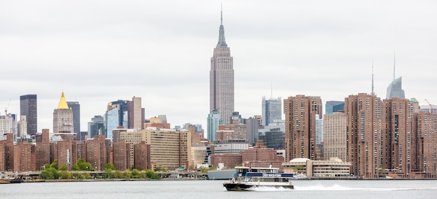 De horizonpanorama van manhattan met empire state building