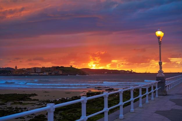 De horizonzonsondergang van gijon in san lorenzo-strand asturias