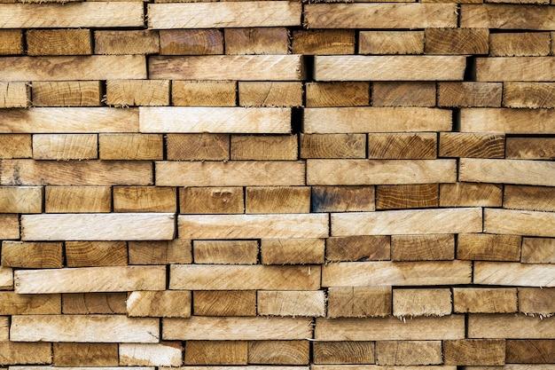 De houten achtergrond en de textuur van het houtbouwmateriaal. stapel hout, natuurlijke houten achtergrond.