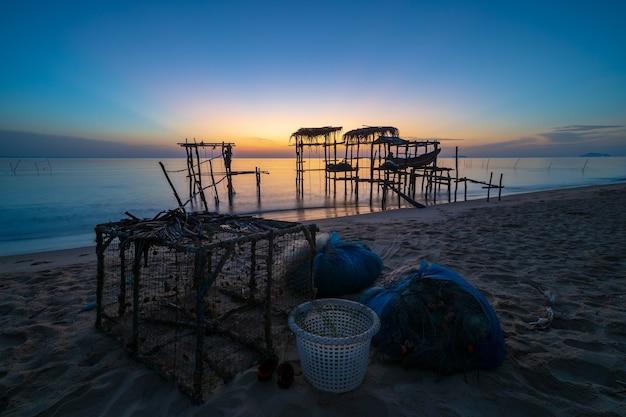 De houten boot bij pijler in thailand, het werd opgeheven boven water en voorbereid vistuig.