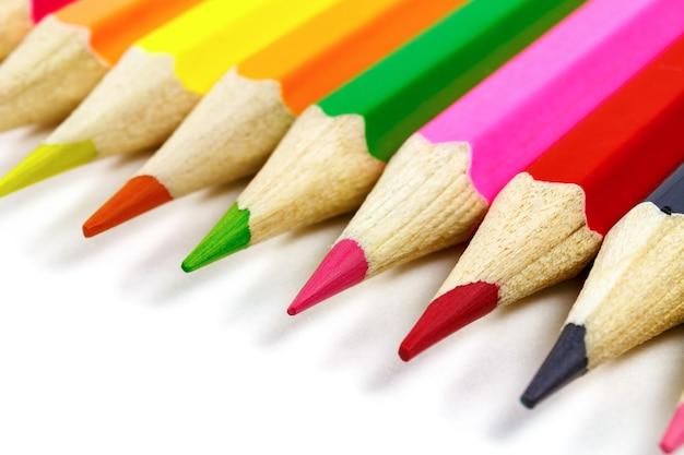 De houten close-up van kleurenpotloden op wit