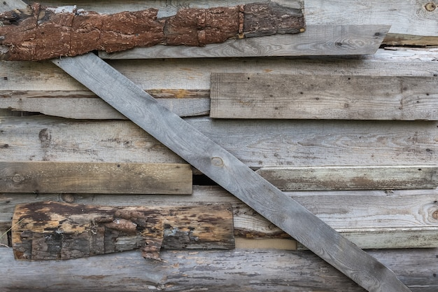 De houten muur van de oude schuur is dichtgetimmerd met planken natuurlijke achtergrond en houtstructuur