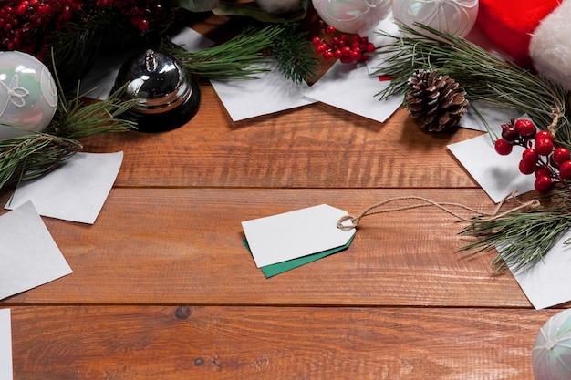 De houten tafel met een leeg, leeg prijskaartje en kerstversiering.