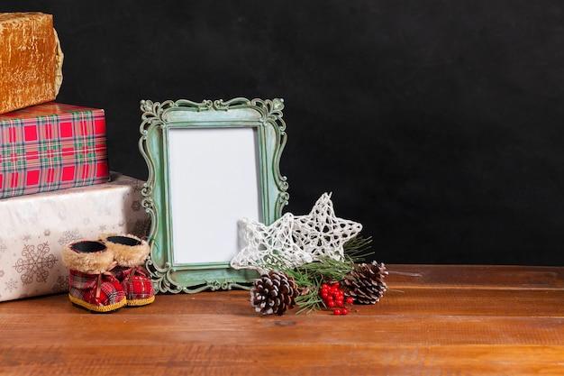 De houten tafel met kerstversiering