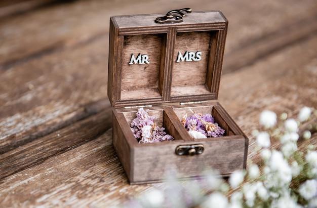 De houten trouwkist met het woord meneer en mevrouw geschreven in de kist op oude houten tafel