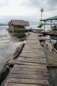 De houten wandeling gaat naar het huthooi op vlot in cheow lan dam is vintage van rust