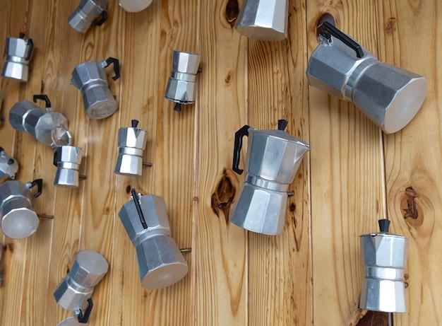 De houten wanden zijn versierd met een italiaans koffiezetapparaat van verschillende afmetingen.