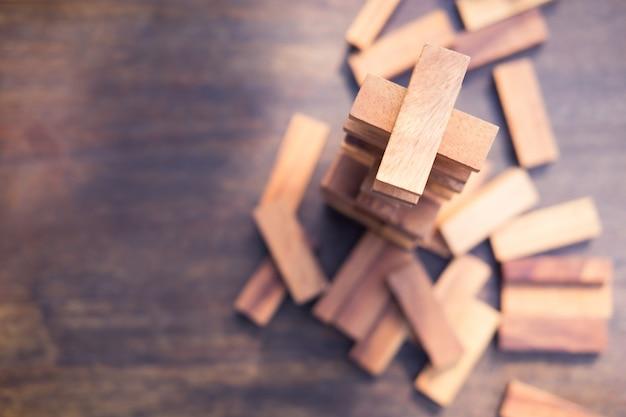 De houtsneden stapelen spel, achtergrond. concept van onderwijs, risico's, ontwikkeling en groei