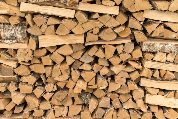 De houtstapel, brandhout als achtergrond, gehakt hout metselwerk