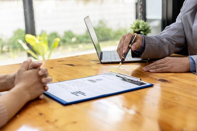 De hr-afdeling beoordeelt de cv's van sollicitanten, cv's zijn belangrijke documenten voor sollicitaties. het moet cv, opleidingsgeschiedenis, opleiding, talent, werkvaardigheden, enz. bevatten.