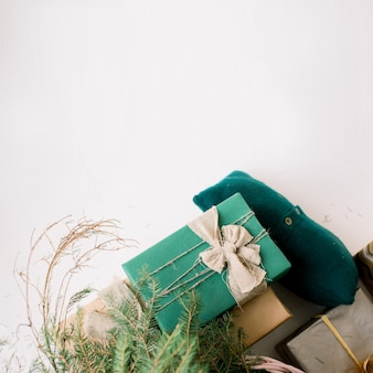 De huidige dozen van kerstmis op witte achtergrond