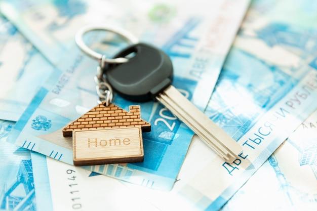 De huissleutels staan op de rekeningen. russische roebels. hypotheken, leningen en sparen. detailopname.