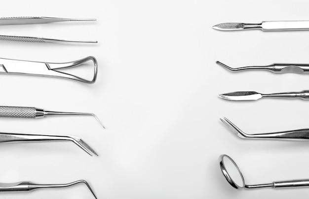 De hulpmiddelen van de tandarts op wit