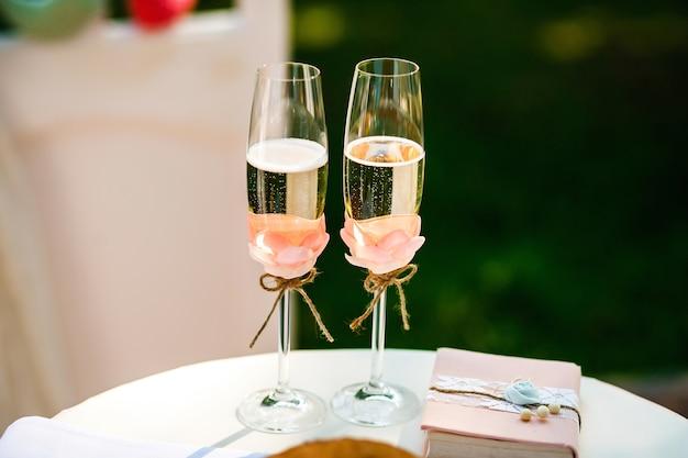 De huwelijksglazen champagne
