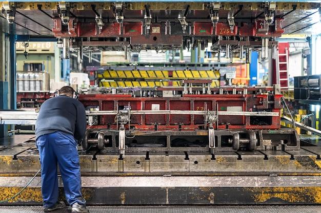 De hydraulische buigmachine bediening door technische operator. plaatwerk fabricageproces door hydraulische buigmachine.