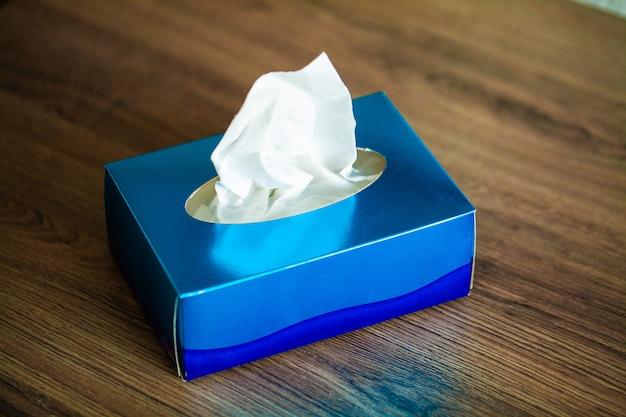 De hygiëneservetten van de doos op het bruine bureau