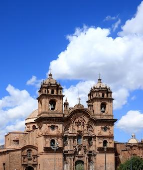 De iglesia de la compania de jesus church tegen sunny vivid blue sky van cusco, peru, zuid-amerika