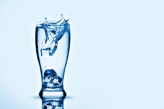 De ijsblokjes lappen in waterglas.