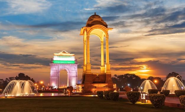 De india gate en de canopy in new delhi, zonsondergang.