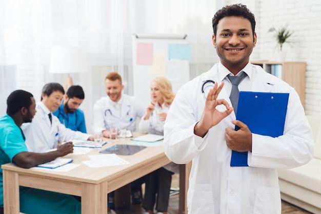 De indiase dokter lach op diagnostische ontmoeting.