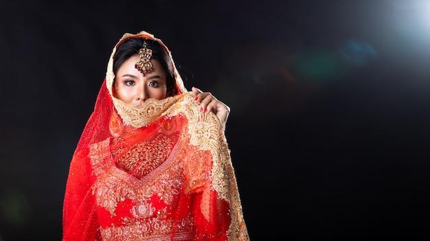 De indische schoonheid ziet grote ogen met perfecte huwelijk onder ogen
