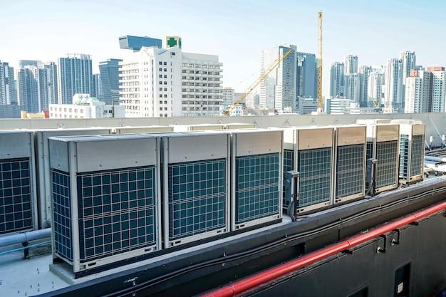 De industriële machine op het dak van het enorme gebouw.