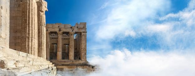 De ingang van de akropolis (propylaea) met kolommen, athene, griekenland, panoramisch model met ruimte voor tekst