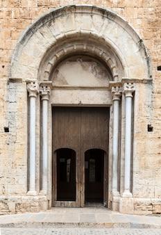 De ingang van een kerk in de richting van frankrijk