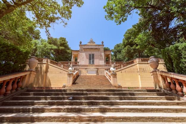 De ingang van het beroemde park van het labyrint van horta in barcelona, spanje