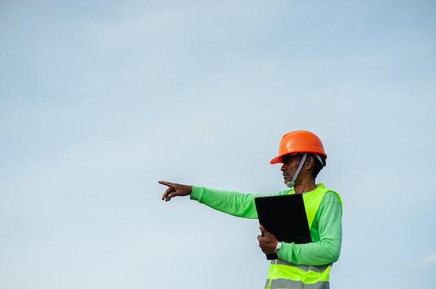 De ingenieur is van plan om hard te werken in zijn werk. voorwaartse operatie en teamwerk
