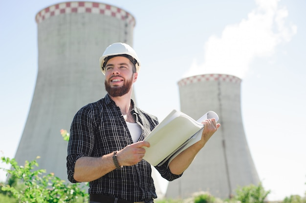 De ingenieur leest de instructie op een elektrisch station