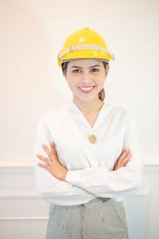 De ingenieursvrouw glimlacht op witte achtergrond