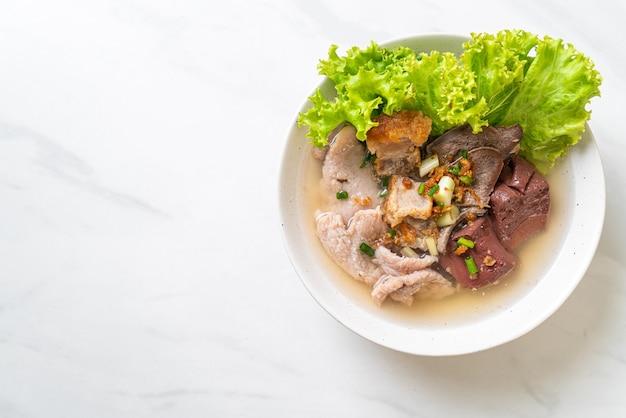 De ingewanden van varkensvlees en de soepkom van de bloedgelei met rijst - aziatische voedselstijl