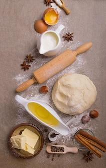 De ingrediënten voor het bakken van cupcake met rozijnen.