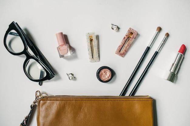 De inhoud van damestassen Premium Foto