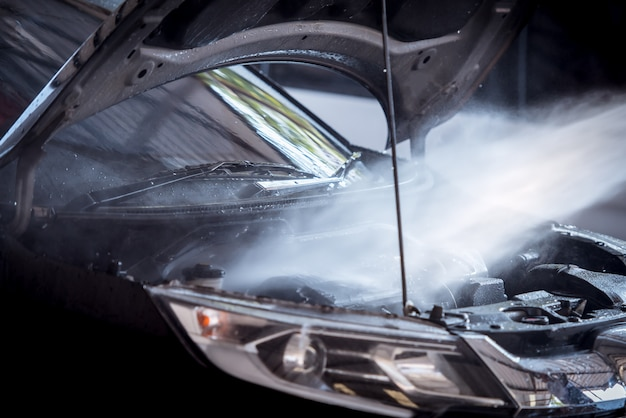 De injectie van het wassen van de motor tijdens het wassen van de auto zorgt ervoor dat de motor van de motor glanst en zwart glanst.