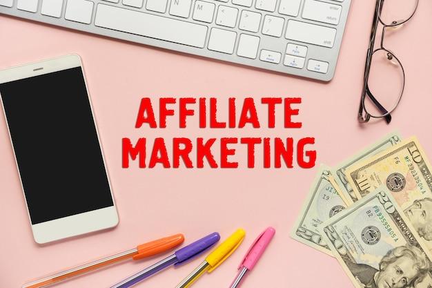De inscriptie - affiliate marketing, in de buurt van kantoorbenodigdheden. business concept-motivatie